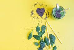 Smoothies verts d'épinards dans le pot avec des graines de chia, concept sain de nourriture image stock