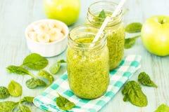 Smoothies verts de légume et de fruit d'épinards avec des pommes et Bana Photographie stock libre de droits