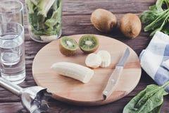 Smoothies von der Banane, vom Spinat und von der Kiwi auf einem Holztisch Stockfotografie