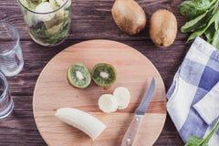 Smoothies von der Banane, vom Spinat und von der Kiwi auf einem Holztisch Stockbild