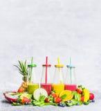 Smoothiesassortiment met verse ingrediënten voor zich het mengen op lichte houten achtergrond, zijaanzicht Stock Foto