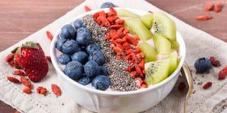 Smoothieschüssel mit Erdbeeresmoothie, Beeren, Kiwi und chia Lizenzfreies Stockfoto