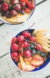 Smoothieschüssel mit Frucht und Beeren, hölzerner Hintergrund, Draufsicht Lizenzfreie Stockbilder