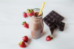Smoothieschokolade mit Erdbeer- oder Milchshake-, natürlichem und organischemgetränk im Glasgefäß stockfoto