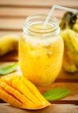 Smoothiesmango en banaan in een glaskruik Stock Afbeelding