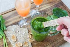 Smoothiespenat, grapefruktfruktsaft och bröd Royaltyfria Foton