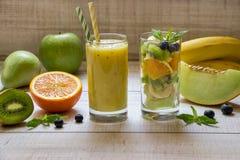 Smootie y ensalada de la fruta en 2 vidrios Imagen de archivo libre de regalías