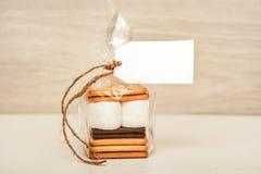 Smore - kakor, choklad och marshmallower - traditionell efterrätt - favöretikettsmodell royaltyfria foton