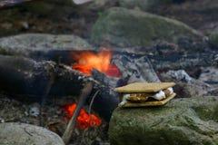 Smore neben einem Lagerfeuer Stockfotografie