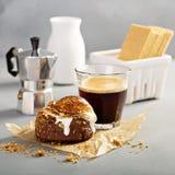 Smores-Donut mit Espresso lizenzfreie stockbilder
