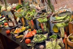 Smorgasbord -食物选择在餐馆 免版税库存照片