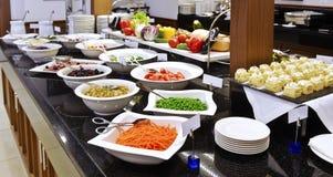 Smorgasbord - escolha do alimento em um restaurante fotografia de stock royalty free