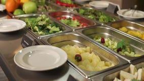 Smorgasbord met salades bij het dineren in een restaurant, panorama van schotels stock footage