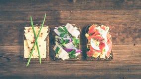 Smorrebrod - δανικό ανοικτό σάντουιτς με τα ψάρια, ρέγγες, τυρί Στοκ Φωτογραφία