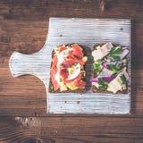 Smorrebrod - δανικό ανοικτό σάντουιτς με τα ψάρια, ρέγγες, τυρί Στοκ Εικόνες