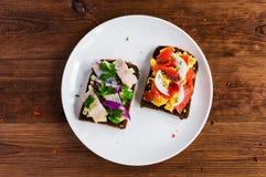 Smorrebrod -与鱼,鲱鱼的丹麦单片三明治 免版税库存图片