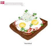 Smorrebrod con Fried Egg, el plato nacional de Dinamarca Imagenes de archivo