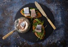 Smorrebrod danese tradizionale del panino dell'aringa sul verro di taglio fotografia stock libera da diritti