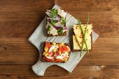 Smorrebrod - sanduíche aberto do dinamarquês com peixes, arenques, queijo imagem de stock royalty free