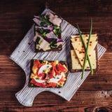 Smorrebrod - sandwich ouvert au danois avec des poissons, harengs, fromage Photo libre de droits