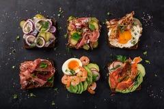 Smorrebrod, sanwiches abertos do dinamarquês tradicional, wi escuros do pão de centeio fotografia de stock
