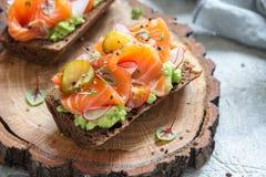 Smorrebrod z łososiem na żyto chlebie z warzywami i ziele Fotografia Stock