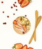 Smothie com morango e granola frescos no fundo branco Imagem de Stock Royalty Free