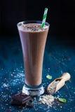 Smothie del latte al cioccolato con i fiocchi di avena Fotografia Stock