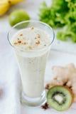 Smothie fresco - bebida del vegano con el plátano, las hojas de la ensalada, el jengibre y el kiwi Imágenes de archivo libres de regalías