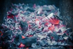Smouldering угли на лагерном костере барбекю Стоковое фото RF