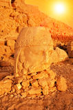 SMount Nemrut το κεφάλι μπροστά από τα αγάλματα Η περιοχή παγκόσμιων κληρονομιών της ΟΥΝΕΣΚΟ στο υποστήριγμα Nemrut όπου βασιλιάς Στοκ Φωτογραφίες
