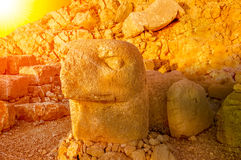 SMount Nemrut το κεφάλι μπροστά από τα αγάλματα Η περιοχή παγκόσμιων κληρονομιών της ΟΥΝΕΣΚΟ στο υποστήριγμα Nemrut όπου βασιλιάς Στοκ Εικόνες