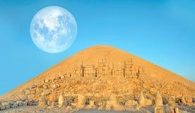 SMount Nemrut το κεφάλι μπροστά από τα αγάλματα Η περιοχή παγκόσμιων κληρονομιών της ΟΥΝΕΣΚΟ στο υποστήριγμα Nemrut όπου βασιλιάς Στοκ εικόνα με δικαίωμα ελεύθερης χρήσης