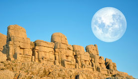 SMount Nemrut голова перед статуями Место всемирного наследия ЮНЕСКО на Mount Nemrut где король Antiochus Commagene i Стоковое Фото