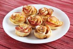 Smördeg med äpple formade rosor Royaltyfria Bilder