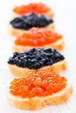 Smörgåsar med den svarta och röda kaviaren Royaltyfri Foto