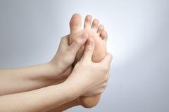 Smärta i den kvinnliga foten Fotografering för Bildbyråer