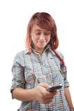 Sms adolescentes de la lectura de la mujer en el teléfono móvil Fotografía de archivo