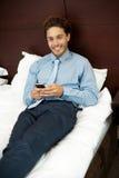Sms adoráveis do texto da leitura do cavalheiro no telefone Imagem de Stock Royalty Free