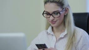 Sms d'écriture de femme d'affaires sur le smartphone banque de vidéos