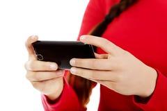 Sms d'écriture de jeune femme sur le smartphone Photographie stock