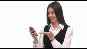 Sms d'écriture de jeune femme sur le téléphone portable au fond d'isolement clips vidéos