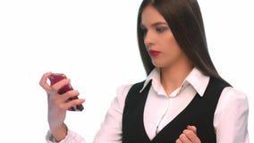 Sms d'écriture de jeune femme sur le téléphone portable au fond d'isolement banque de vidéos