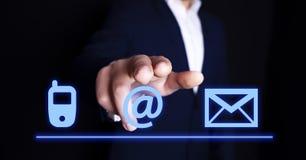 Sms d'email de t?l?phone d'?cran de doigt d'homme d'affaires photo libre de droits