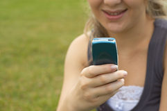 Sms de emissão adolescentes imagem de stock royalty free