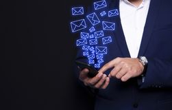 SMS de la mano del hombre de negocios imagenes de archivo