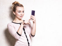 Sms de lecture des textes de femme d'affaires sur le smartphone Photographie stock libre de droits