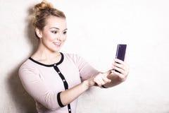 Sms de lecture des textes de femme d'affaires sur le smartphone Images stock