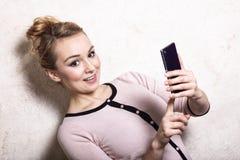Sms de lecture des textes de femme d'affaires sur le smartphone Photo libre de droits