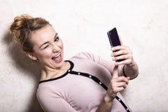 Sms de lecture des textes de femme d'affaires sur le smartphone Images libres de droits